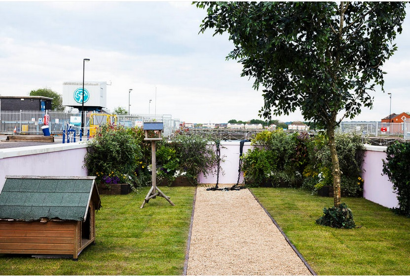 Stay In Airbnb's Floating Cottage On London's River Thames_3