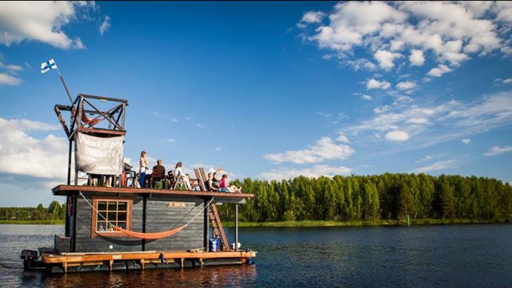 You Can Rent This Idyllic Finnish Floating Sauna-Cabin_3