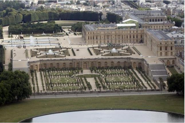Versailles plans luxury hotel, media report