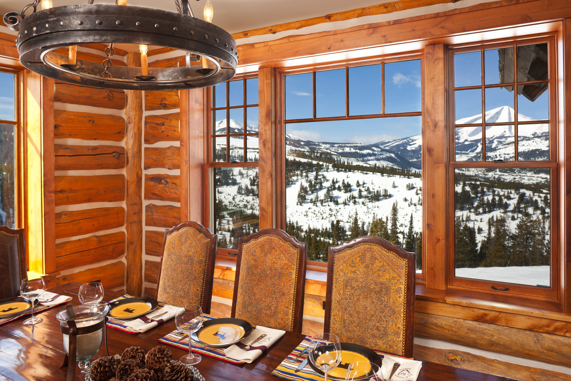 Зона приема пищи с видом на горы