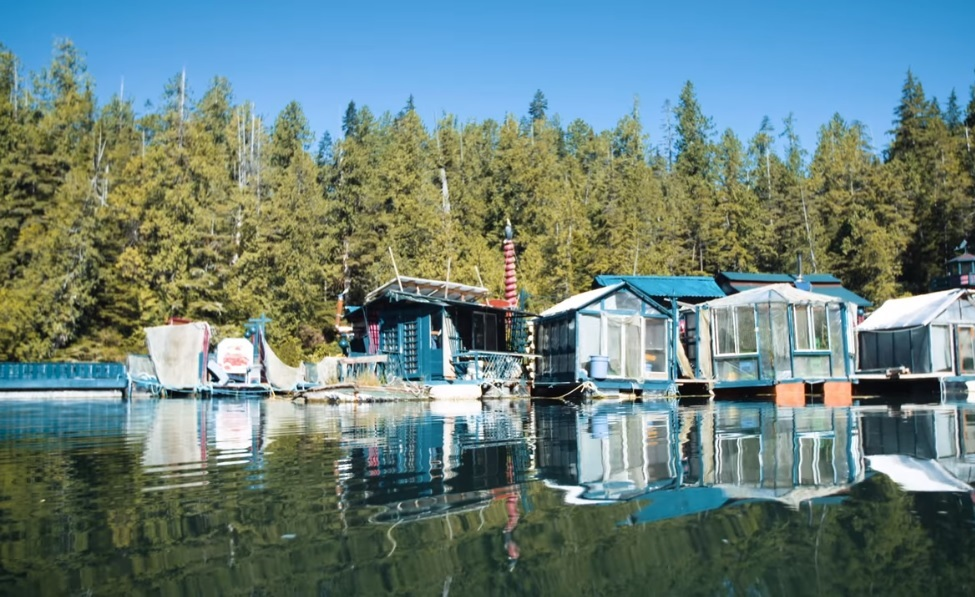 Canadian couple live in floating house for 24 years